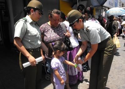 Carabineros entrega pulseras para evitar extravío de niños  c2452455da0